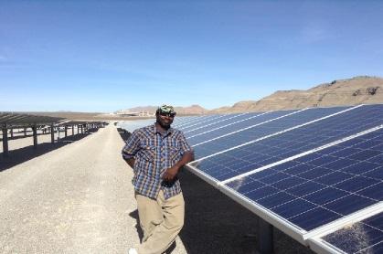 Homme accoudé sur des panneaux solaires