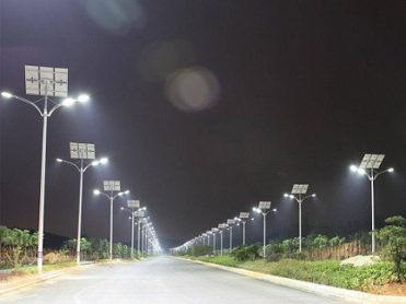 Lampadaires solaires double crosse éclairant une route