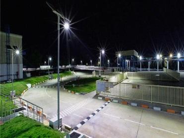Lampadaire solaires allumés dans une entreprise