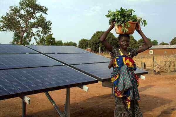 Jeune femme sénégalaise devant des panneaux solaires